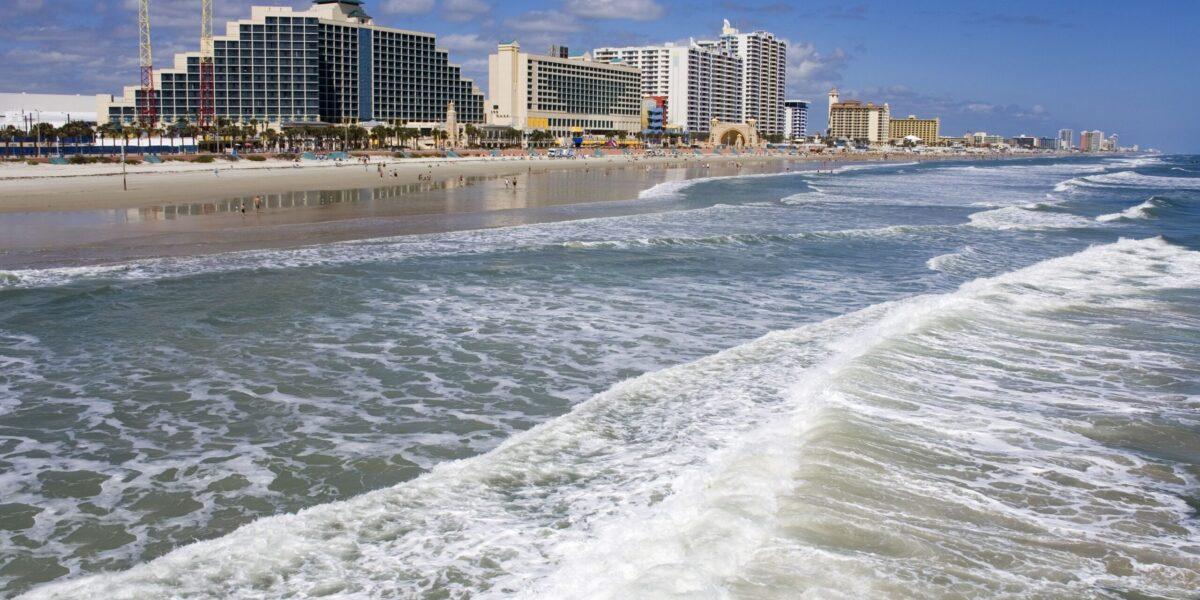 beachfront-hotels-along-daytona-beach--148937038-597555950d327a00117eca49